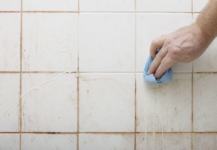 Gebruik dit simpele trucje om je badkamertegels schoon te maken! Het ...